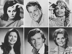 Peyton Place. Er werden 514 afleveringen van 25 minuten gemaakt, die tweemaal wekelijks uitgezonden werden op ABC in de periode van september 1964 tot juni 1969. De eerste twee seizoenen, 1964 en 1965, werden nog in zwart-wit opgenomen, de rest daarna in kleur. In Nederland heeft de AVRO de serie uitgezonden - telkens in blokken van 2 afleveringen (een uur).