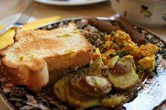Patate al rosmarino, tofu indiano con lenticchie, pane tostato alla banana e salsicce vegan - India