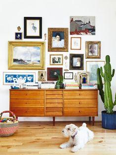 11 tips på hur du skapar en snygg och trendig tavelvägg – Hus & Hem. I det här exemplet har man blandat färg, storlek och typ av ram och tavlor hej vilt