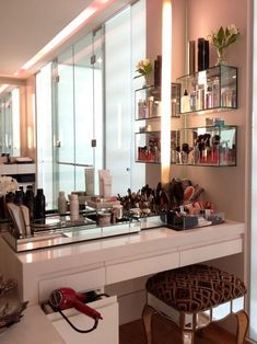 Makeup Vanity Table Furniture Ideas - Home Interior Design Makeup Vanities, Modern Makeup Vanity, Makeup Table Vanity, Diy Vanity, Makeup Tables, Vanity Ideas, Vanity Tables, Makeup Desk, Makeup Salon