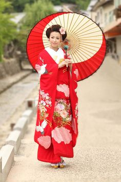 Kimono is a traditional outfit in the Chinese and Asian culture. Geisha Japan, Japanese Geisha, Japanese Beauty, Japanese Kimono, Japanese Style, Chiba, Yukata, Costumes Japan, Japanese Costume