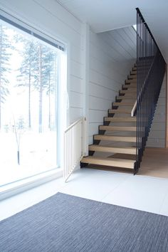 Talo Markki -entry with new grey carpet Black Staircase, Narrow Staircase, Spiral Staircases, Balcony Railing Design, Staircase Design, Foyers, Narrow Hallway Decorating, Mobile Home Kitchens, Media Room Design