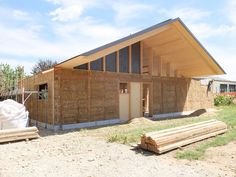 The project reveals an idea of architecture based on archetypes as a trend-proof horizon. The archetype for home is shelter. Straw Bale Construction, Rammed Earth Homes, Metal Barn Homes, Straw Bales, Shed, House Ideas, Exterior, Outdoor Structures, House Design