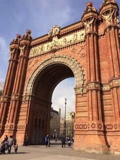 In this picture of the Arc de Triomf, a floral pattern along the side can be seen.