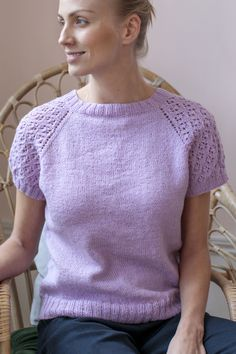 Women's knitted sweater made with Novita Nalle yarn. Womens Knit Sweater, Knit Shirt, Sweater Knitting Patterns, Knit Patterns, Summer Knitting, Free Knitting, Pulls, Knit Crochet, Sweaters For Women