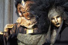 Venecia enmascarado pareja. Bronce y máscaras de oro. El enfoque y los detalles sobre la mujer. Carnaval de Venecia 2012. Foto de archivo