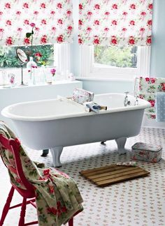 Don't you love that shabby chic look? We found some interesting shabby chic bathrooms that will take your attention and that will hopefully inspire you. Baños Shabby Chic, Shabby Chic Interiors, Shabby Chic Kitchen, Shabby Chic Homes, Shaby Chic, Boho Chic, Interiores Shabby Chic, Feminine Bathroom, White Bathroom