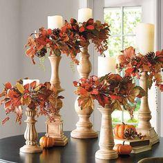 Herbstdeko mit Naturmaterialien - hohe Kerzenhalter mit Herbstblättern und Hagebutte
