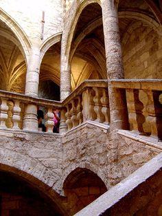 """Riche de son patrimoine, l'Hérault offre à ses visiteurs de multiples facettes, des villages classés :  """"plus beaux villages de France"""", Montpellier la magnifique, Sète la tranquille, Bouzigues la gourmande, La Grande-Motte la futuriste, Frontignan la vinicole ou Béziers la festive... Il n'y a que l'embarras du choix ! En savoir plus sur http://www.sejour-touristique.com/vacances-en-france/decouverte-de-nos-regions/languedoc-roussillon/herault/#KpibsHjmTmlWIujk.99"""