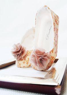 Chic Handmade baby shoes wedding shoes por Demetriougirls en Etsy, $45.00