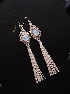 ムーンストーン(インド産) マクラメ編みピアス紹介&販売。透明感があり、美しいブルーのシラーがしっかりと見える、 魅力溢れる上質なムーンストーンを使用したマクラメ編みピアス。 石の色味に合わせた蝋引き糸をセレクトし、繊細な編み目とタッセルを合わせた、 ワンランク上のお洒落を楽しめるピアスに仕上がっています。 ピアスの穴があいていない方、金属アレルギーの方のために、 真鍮イヤリングパーツ、Silver925製のピアスパーツをご用意しております。 ご希望の方はご注文の際の『備考欄』にてご希望のパーツをご記載ください。 ご希望のパーツに付け替えて発送いたします。 またご希望がない場合は完成写真で使用している真鍮製ピアスパーツとなります。