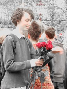 Amsterdam, 4 mei 2015, herdenking op het Zaanhof. Jonge acteurs van de voorstelling ´Dat wat we niet vertellen´ delen rozen uit. Foto Esdevee