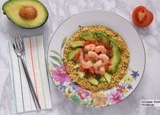 Ensalada de cuscús de coliflor con langostinos marinados y aguacate. Receta saludable