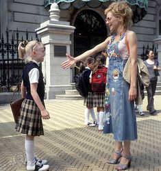 """Brittany Murphy as Molly and Dakota Fanning in """"Uptown Girls"""" Brittany Murphy, Teen Movies, Iconic Movies, Good Movies, Mean Girls, Thelma Y Louise, Movies And Series, Tv Series, Chick Flicks"""