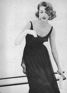 January Vogue 1957 Roger Prigent Can be worn in any era Vogue Vintage, Moda Vintage, Vintage Glamour, Vintage Beauty, Vestidos Vintage, Vintage Dresses, Vintage Outfits, Estilo Pin Up, Estilo Retro