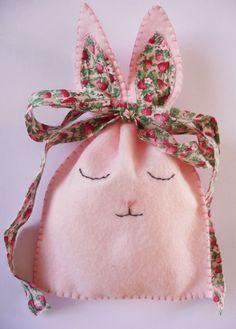 Felt bunny treat pouches.Busta coniglietto. realizzata da giuseppina ceraso https://crocettando.wordpress.com/2015/03/01/tutorial-coniglietti-di-pasqua-in-pannolenci/