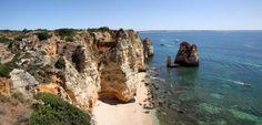Die kleine Badebucht Praia da Boneca liegt unweit der Ponta da Piedade, sie ist zu Fuß nur bei Ebbe über einen kleinen Pfad zu erreichen.