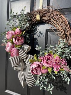 Diy Spring Wreath, Summer Door Wreaths, Diy Wreath, Holiday Wreaths, Grapevine Wreath, Wreath Making, Wreath Ideas, Tulip Wreath, Floral Wreath