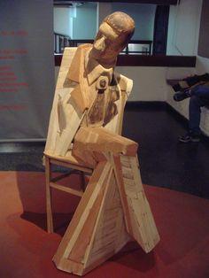 Escultura de Lilian Prebisch. De la serie Testigos argentinos. Exposición en el Centro Cultural Virla. Tucumán, Argentina. Año 2005