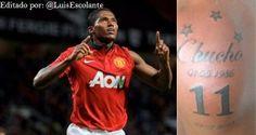 """#MejoresImagenesDel2013  El jugador Antonio Valencia, trás anotar un gol, muestra su tatuaje en honor al """"Chucho"""" Bénitez."""