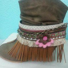 cubre botas realizado en tonos tostados y rosas. Ademas de cadenita y adorno en forma de flor.