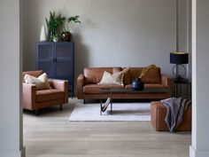 Vi har testet ut Weston sofaen i tre helt ulike interiørstiler. Liker du best den bohemske, den industrielle eller den rustikke stilen? #sofa #skinnsofa #Weston #stue #3seter #industriell #bohemsk #rustikk Decor, House Design, Sofa, Furniture, Home Decor