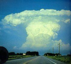 cumulonimbus  Donderwolken lijken op een aambeeld. De platte bovenkant betekent dat het daarboven hard waait. Regen en hagel zijn dan op komst.