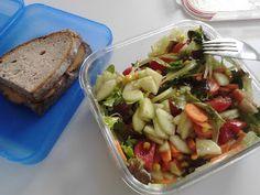 So gesund esse ich selten zu Mittag: der Lernende Veganer hat sich einen bunten Salat vorbereitet. http://derlernendeveganer.blogspot.de/2013/04/vegan-wednesday-35.html