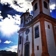 A Igreja de Nossa Senhora das Mercês é um ótimo lugar pra assistir ao pôr do sol em Ouro Preto.  Chegamos lá umas 6h da tarde, a igreja já estava fechada e o sol ainda estava alto! De toda forma, valeu pela vista que se tem de lá!  #ouropreto #mg #minas #minasgerais #igreja #church