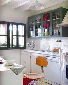 Cocina con muebles blancos y verdes