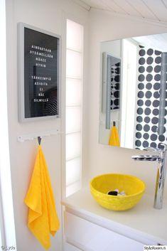rapputaulu,vessan sisustus,kylpyhuone,lavuaari,keltainen,hana,pyyhekoukut Bathroom Toilets, Laundry In Bathroom, Bathrooms, Sauna Shower, Small Toilet, Bathroom Essentials, Bathroom Inspiration, House Colors, Colorful Interiors