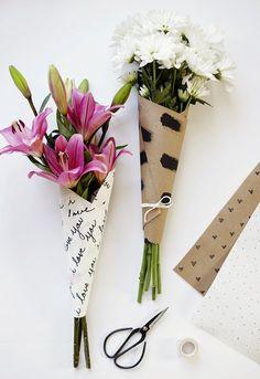 fun paper bouquet wrap (via poppytalk) Flower Bouquet Diy, Gift Bouquet, Bouquet Wrap, Paper Bouquet, Hand Bouquet, How To Wrap Flowers, Diy Flowers, Flower Wrap, Wedding Flowers