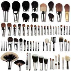 Usa tus brochas y pinceles de maquillaje, cada una de ellas tiene una función específica, es mejor que las brochas que utilices sea...