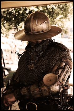 Armor 1400-1450, German mercenarie, poleaxe hammer, gambeson, Brigandine, Bishop's mantel, splint upper arms, splint bracers, chainmail gloves, visored kettle hat