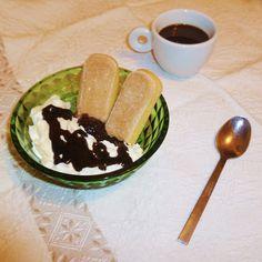 La mia colazione è classica ma ogni giorno diversa: accanto all'immancabile caffè, un dolce improvvisato con ciò che trovo. Stamattina savoiardo, confettura di ciliegie, panna e cioccolato fuso. La giornata può partire!