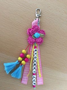Sleutelhanger als bedankje voor de juf.             (Juf Saartje) Diy Keychain, Tassel Keychain, Teacher Appreciation Gifts, Teacher Gifts, Craft Gifts, Diy Gifts, Hello Kitty Crochet, Pom Pom Bag Charm, Pioneer Gifts
