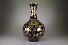 Chinese mirror blue glazed gilt porcelain vase; of globular body with elongated neck; featuring gilt paintings of round flower motifs; six-character Qing Guangxu mark on base; H: 40 cm, D: 33 cm, 4210 grams