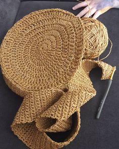 Selamlar☺cift kat taş gibi metrelik serit orup, sonra onu cantaya dikip, o tas gibi şeridin cantanin formunu bozmasi - Crochet Brazil Bag Crochet, Crochet Handbags, Crochet Purses, Crochet Beanie, Crochet Clutch, Hemp Yarn, Crochet Shoulder Bags, Crochet Round, Handmade Bags