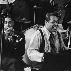 Photos of Duke Ellington, Billie Holiday, Dizzy Gillespie and other jazz legends playing at photographer Gjon Mili's studio in the Jazz Artists, Jazz Musicians, Latin Artists, Music Artists, Gjon Mili, Dizzy Gillespie, Cool Jazz, Duke Ellington, Billie Holiday