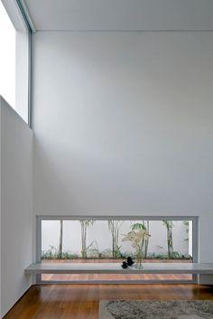 """O Melhor da Arquitetura 2013 - categoria """"Reforma de Casa"""": Casa dos Pátios - AR Arquitetos. Houve uma reorganização radical nos espaços dessa residência paulistana. O desenho original, um prisma retangular de 22 m x 7 m x 9 m, foi mantido e tomado como sólido a ser escavado. Internamente, ha variações de pé-direito, vãos livres e pátios, tratados como ambientes de descompressão das áreas íntimas. Na foto, uma das aberturas que, em muitos casos, se posicionam nos limites inferiores ou…"""