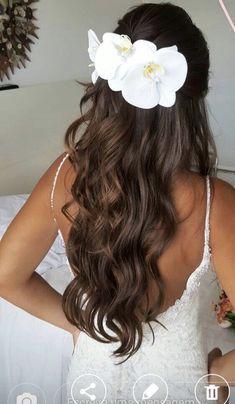 Wedding Hair Flowers, Wedding Hair Pieces, Flowers In Hair, Elegant Wedding Hair, Beach Wedding Hair, Hawaii Hairstyle, Natural Hair Styles, Long Hair Styles, Wedding Hair Inspiration