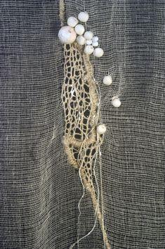 M.C.- détail d'un panneau tarlatane fil de soie perles