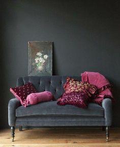 Living tercipelo gris con contrastes en fucsia