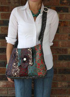 Mama hat eine brandneue Vintage Tasche! Dies ist eine der freundlichen Geldbeutels ist aus Jahrgang Herren Krawatten gefertigt. Die Rückseite ist eine schöne paisley Tapisserie. Der Griff verfügt über zwei alte weiße Gürtelschnallen, die den Gurt einstellbar machen. Tragen Sie ihn über den Körper oder über die Schulter. Das Innere ist vollständig mit schwarzen und weißen Baumwollstoff ausgekleidet und hat eine Tasche für Handy, Geldbörse oder Schlüssel. Die Klappe hat eine Blume und Vintage…