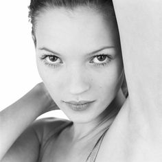 Kate Moss GIF photographed by Patrik Andersson in his TriBeCa studio Mario Testino, Moss Fashion, Queen Kate, 90s Girl, 90s Models, Vogue, Beauty Shots, Naomi Campbell, Black And White