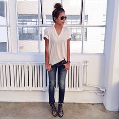 We've collected the cutest images of newest street style clothing trends ensembles - ripped jeans with cable knit sweaters, nude high heels and denim jackets and more other combination of outfit ideas Look Fashion, Autumn Fashion, Womens Fashion, Susanna Boots, Mode Shoes, Look Street Style, Mode Jeans, Look Boho, Looks Black