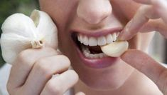 Do you have a toothache and gum infection? Discover here the best home remedies for tooth pain relief and abscessed tooth. It is simple to apply. Benefits Of Eating Garlic, Eating Raw Garlic, Garlic Benefits, Natural Cures, Natural Health, Health Benefits, Health Tips, News Health, Health Club