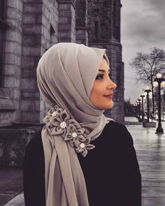 Great design with flowers by the side of the hijab. Islamic Fashion, Muslim Fashion, Modest Fashion, Hijab Niqab, Hijab Outfit, Modele Hijab, Bridal Hijab, Hijab Trends, Turban Style