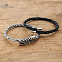 These bracelets might be for guys, but I totally want one. They are made from bass guitar strings! Even though I play guitar. I used to wear eyeliner. Guitar String Bracelet, String Bracelets, Men's Accessories, Bracelet Making, Jewelry Making, Diy Bracelet, Guitar Strings, Best Friend Gifts, Bracelets For Men