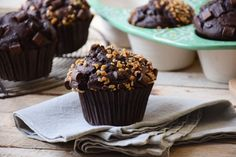I have finally found the secret for perfect high-domed chocolate muffins like in Starbucks. Healthy Muffins, Healthy Sweets, Chocolate Muffins, Chocolate Recipes, Chefs, How To Roast Hazelnuts, Chocolate Delight, Baking Muffins, Fairy Cakes